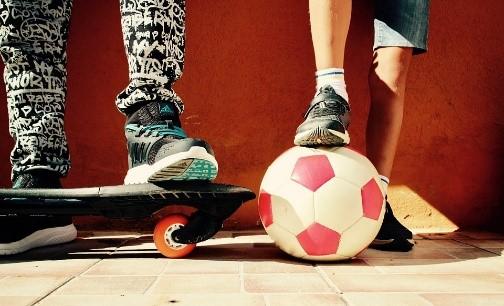 Voetbal en skateboard